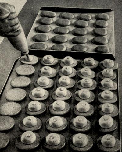 Отсадка крема на плоскую сторону лепешек